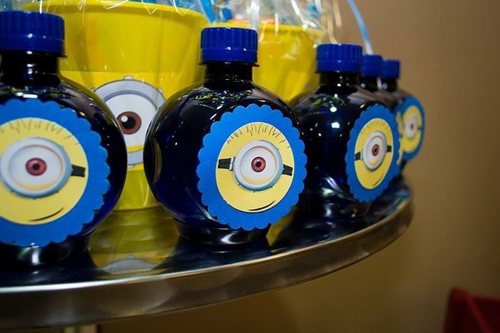 garrafinha de água azul decorada minions