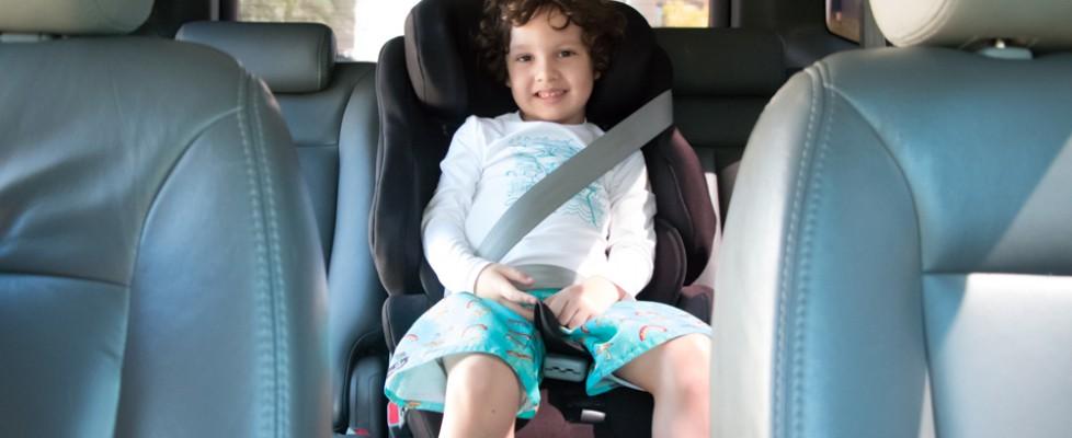 O melhor lugar para instalar o dispositivo de segurança é no assento central traseiro do carro com cinto de 3 pontos