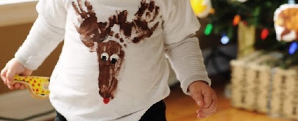 Camiseta Rena de Natal usando impressões das mãos e pé do seu filho