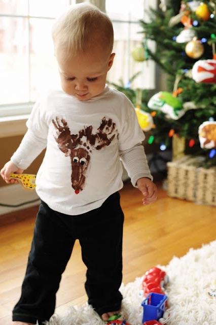 Camiseta_Rena_de_Natal_usando_impressões_das_mãos_e_pé_do_seu_filho