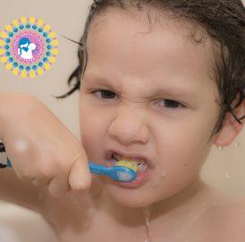 Criança escovando os dentes – Autonomia com supervisão