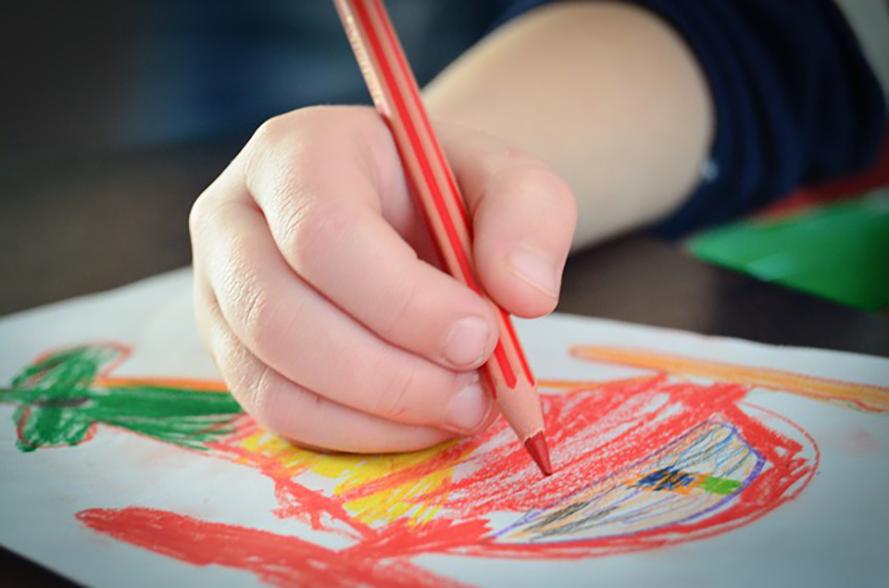 Comida Para Calar ou Afagar crianca desenhando no restaurante