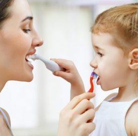 Você sabia que os dentes permanentes podem nascer mesmo antes de caírem os dentinhos de leite?