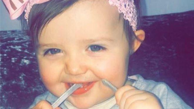 Bebê de 18 meses morre sufocada por um ursinho de pelúcia