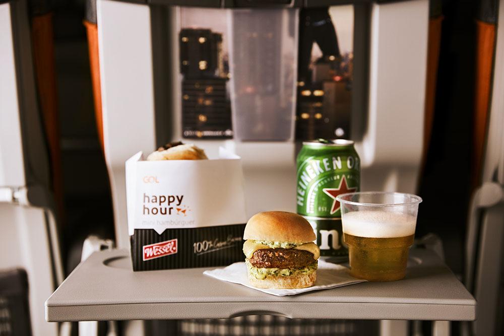 GOL oferece serviço de bordo gratuito com hambúrguer Johnny Rockets